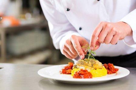 повар подает блюдо