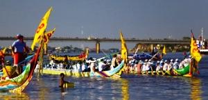 Коли камбоджійці відзначають свято «Повернення вод»?