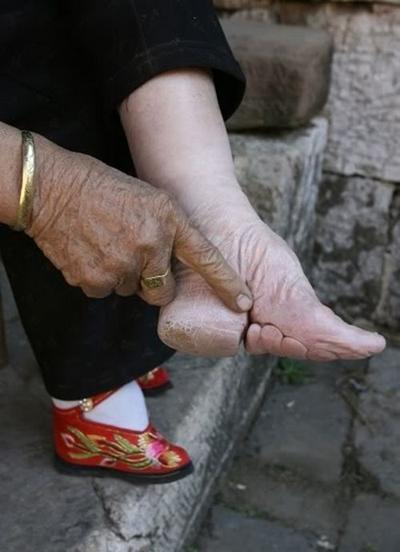 Чому в Китаї знатні жінки тяжко пересуваються?